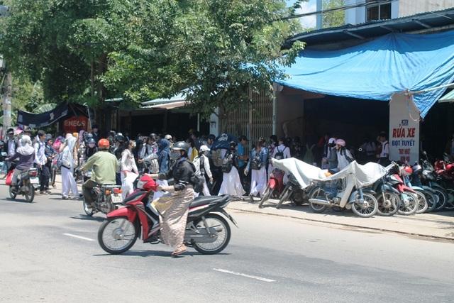 Những điểm trông giữ xe máy phân khối lớn cho học sinh trường THPT Huỳnh Thúc Kháng và THPT Võ Nguyên Giáp.