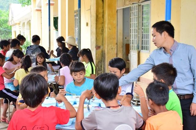 47 học sinh trường Phổ thông dân tộc bán trú THCS xã Sơn Màu được thầy cô chăm sóc trong bữa ăn bán trú.