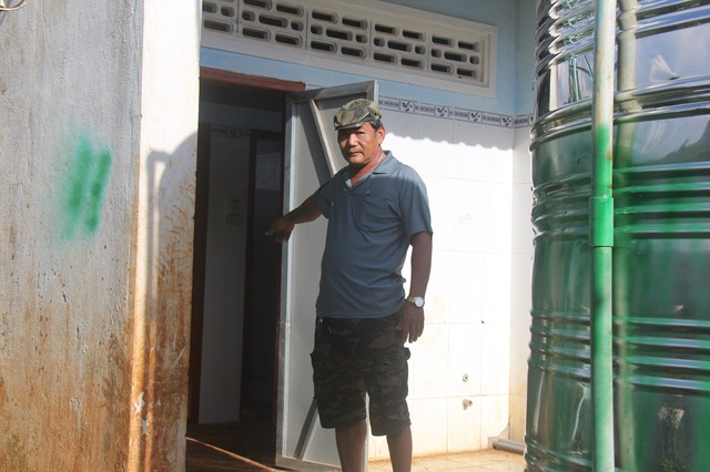 Công trình nước sạch được đặt ngay trong nhà vệ sinh trường học