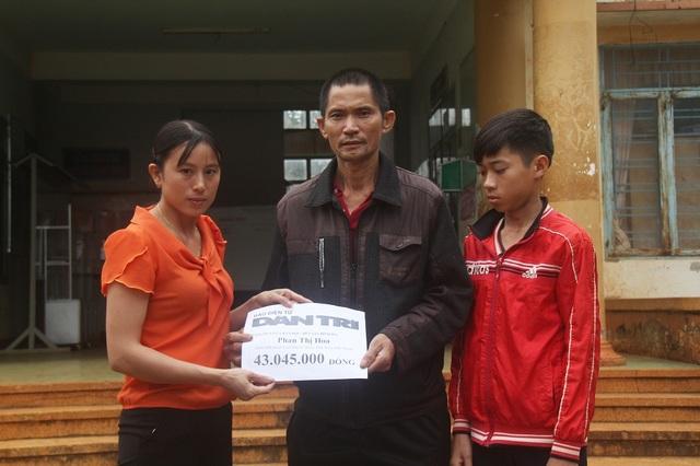 Đại diện chính quyền xã trao quà của bạn đọc báo tới gia đình chú Thanh