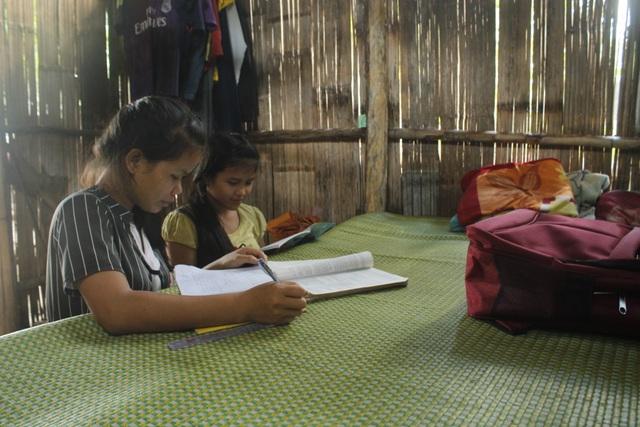 Những chiếc giường ghép tạm cũng chính là bàn học của học sinh nghèo huyện Tây Trà