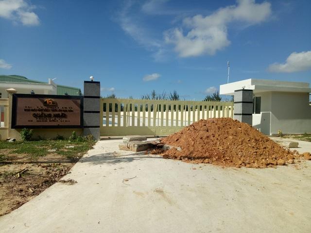 Người dân đổ đất chặn lối vào nhà máy sản xuất thức ăn gia súc Quảng Ngãi.
