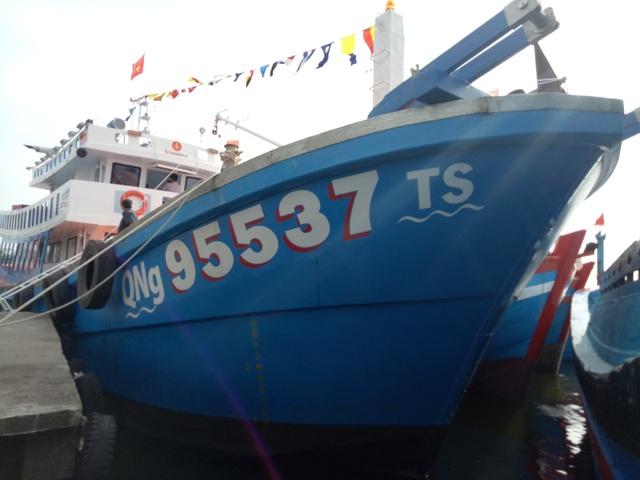 Tàu cá vỏ composite đầu tiên được bàn giao cho ngư dân Dương Văn Rin