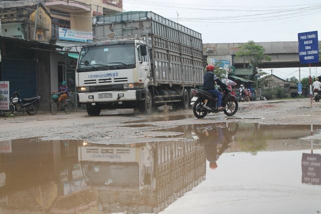 Mặt đường quốc lộ biến thành những ao nước lớn.