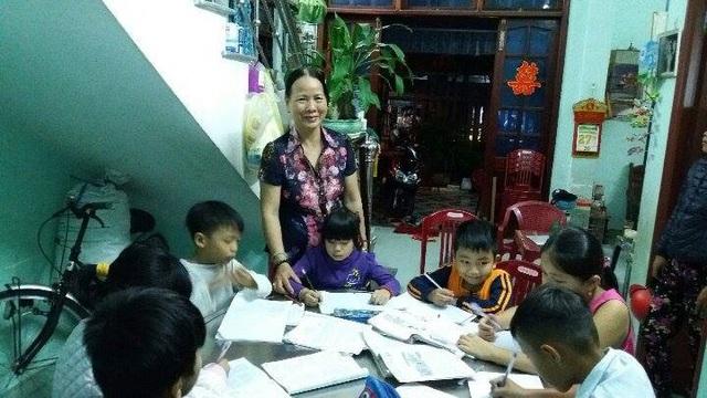 Lớp học yêu thương tại xóm biển nghèo mỗi tối tại nhà cô giáo Châu