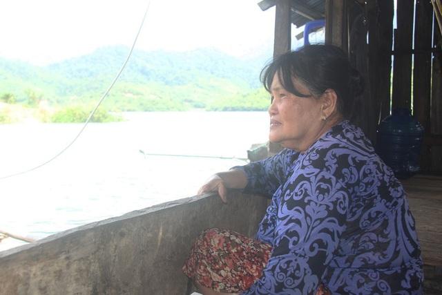 Từ ngày người con trai qua đời lúc đi lặn, cô Thanh lủi thủi một mình trên chiếc nhà nổi
