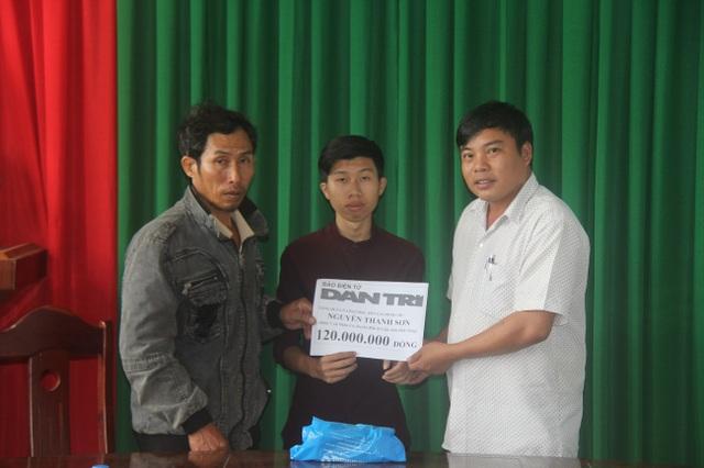 Đại diện chính quyền địa phương trao quà của bạn đọc Dân trí tới gia đình Linh