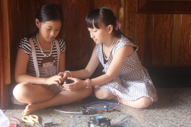 Vân và Hạnh bên cạnh mô hình đồ chơi thông minh