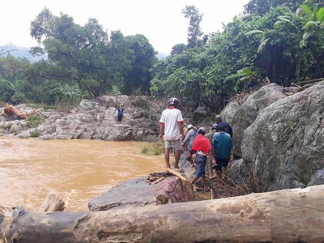 Người dân huyện Sơn Tây phát hiện thi thể nạn nhân Đinh Xuân Sơn tại suối Nước Bua