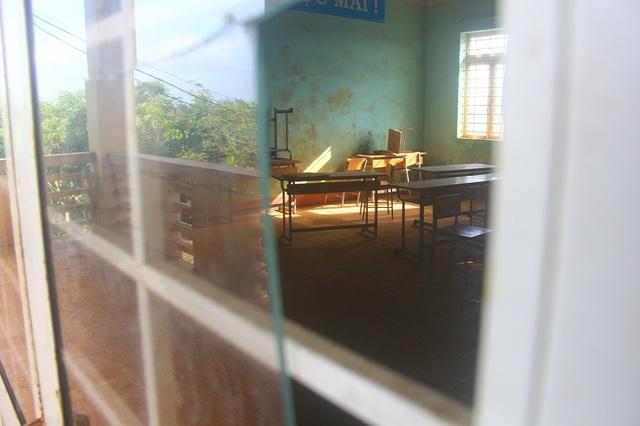 Một phòng học bỏ không lâu ngày, bên trong phủ dày một lớp bụi