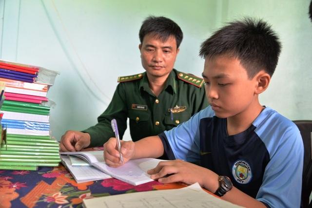 Đại úy Nguyễn Tiến Hải đã trở thành thầy giáo của cậu học trò nghèo Nguyễn Hữu Huy suốt nhiều năm qua