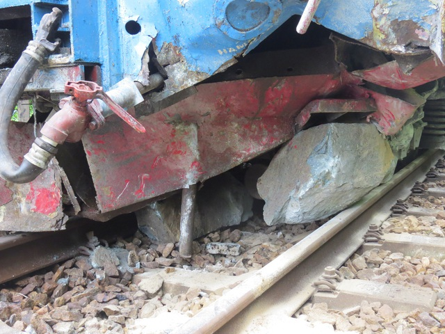 Phần đầu đoàn tàu SE4 bị hư hỏng nặng sau khi đâm trực diện vào một tảng đá lớn