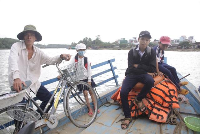 Hàng trăm học sinh chấp nhận nguy hiểm qua sông trên con đò nhỏ để đến trường