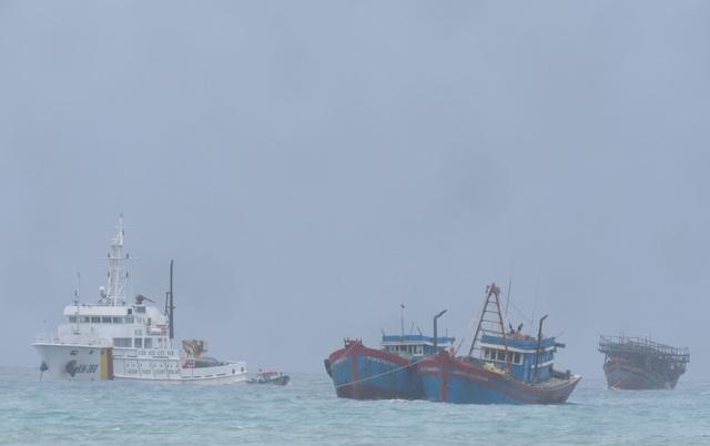 Tàu KN 360 vượt sóng gió lai dắt tàu cá của ngư dân Quảng Nam (Ảnh V.Mịnh)