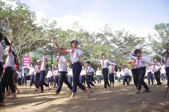 Học sinh trường Tiểu học Sơn Ba thích thú với điệu nhảy Cha cha cha trong giờ giải lao