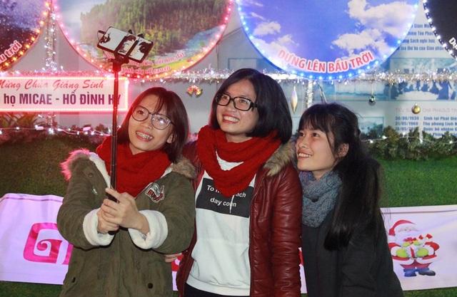 Mặc dù tiết trời lạnh, người dân và du khách ở Đà Nẵng vẫn náo nức ra phố đón Noel sớm