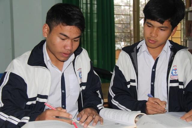 Hai nam sinh trường huyện tranh thủ thời gian rảnh rỗi để nghiên cứu từ vựng M'Nông