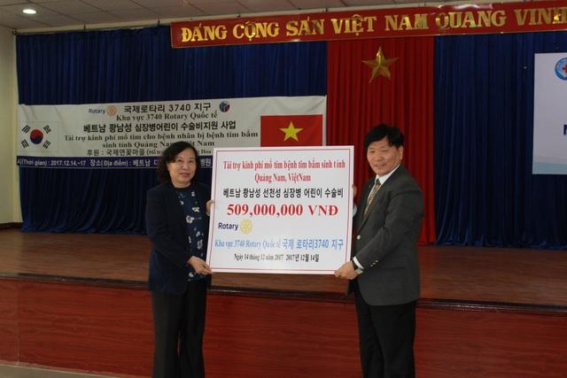 Bà Hồ Thị Thanh Lâm đại diện nhận kinh phí từ đơn vị hỗ trợ