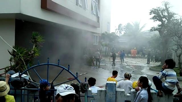 Đám cháy xảy ra vào sáng sớm khiến nhiều người bị kẹt tại các tầng trên của khách sạn
