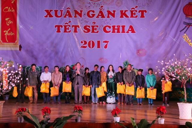 """Ban tổ chức chương trình """"Xuân gắn kết- Tết sẻ chia"""" trao tặng gần 20.000 suất quà cho đại diện các gia đình chính sách."""