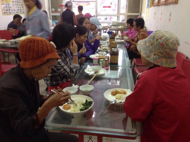 Quán cơm bà Hoa ngày nào cũng đông khách, họ chủ yếu là bệnh nhân điều trị tại bệnh viện K3