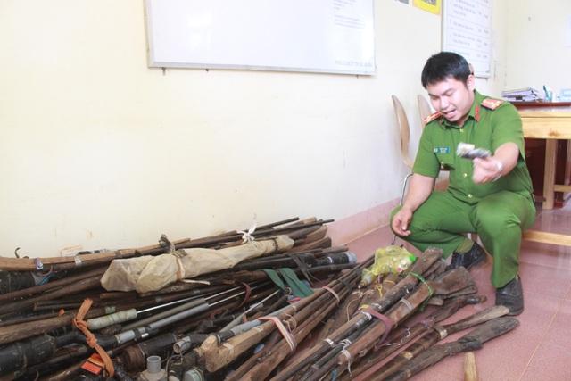100 khẩu súng do người dân xã Đắk Ngo (huyện Tuy Đức) tự nguyện giao nộp