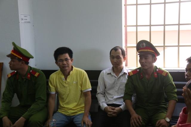 Bị cáo Trần Minh Lợi (áo vàng ) và Nguyễn Xuân An cho rằng mình bị oan khi bị cáo buộc tội Đưa hối lộ