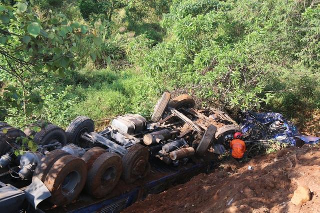 Chiếc xe nông sản nát bét đầu sau khi rơi xuống vực