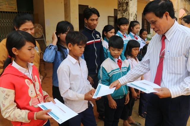 45 suất học bổng được trao đến các em học sinh nghèo tại huyện Tuy Đức