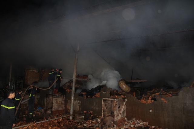 Hiện trường vụ cháy xưởng gỗ rộng hàng ngàn mét vuông