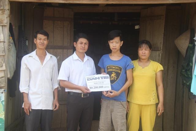Đại diện chính quyền địa phương trao tặng quà của bạn đọc báo Dân trí tới gia đình Nam
