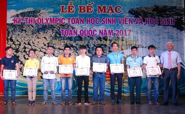 Ban tổ chức trao giải cho các thí sinh có kết quả cao trong kỳ thi
