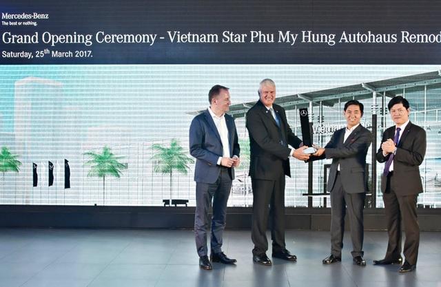 Ban lãnh đạo Vietnam Star Automobile nhận chứng nhận đại lý theo tiêu chuẩn toàn cầu mới của Mercedes-Benz