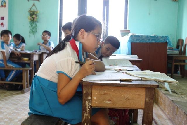 Bàn ghế không phù hợp khiến học sinh chật vật