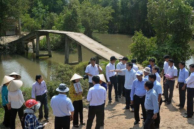 Nguyên Chủ tịch nước Trương Tấn Sang khảo sát nhiều cây cầu xuống cấp tại huyện Đức Hoà.