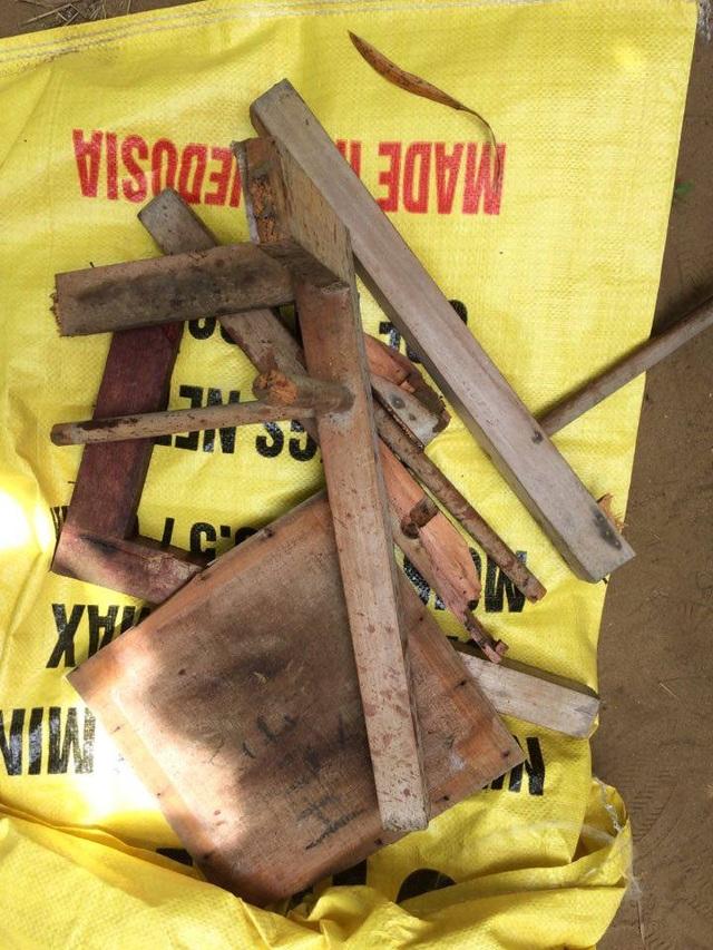 Chiếc ghế gỗ gãy nát, dính máu được thu giữ tại hiện trường vụ án.