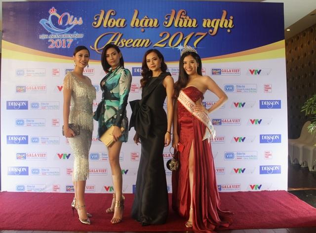 """Các người đẹp tham dự buổi công bố Phú Yên là địa điểm diễn ra cuộc thi sắc đẹp """"Hoa hậu hữu nghị Asean"""" được khởi động vào đầu tháng 6/2017"""