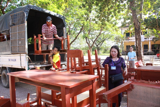 48 bộ bàn ghế vừa được cấp mới cho Trường Tiểu học Nghĩa Điền