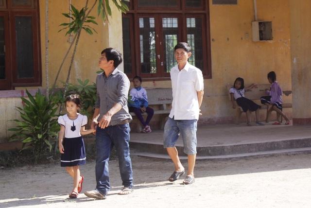 Nhiều học sinh đến trường rồi về vì điểm trường thôn Thế Long đã bị đóng cửa.