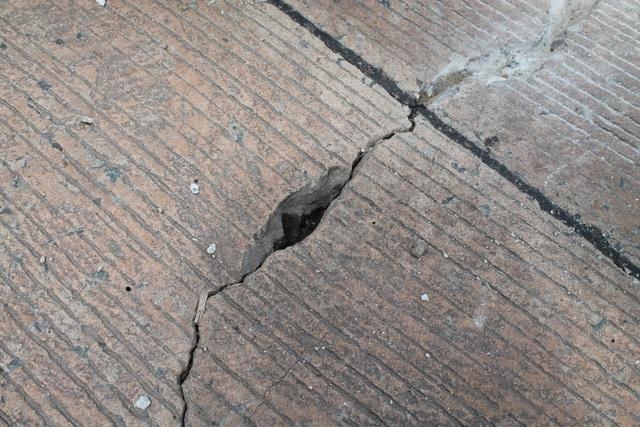 Nhiều vết nứt rất sâu trên mặt đường