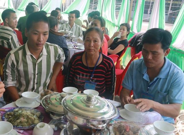 Bữa cơm hiếm hoi của hai mẹ con kể từ ngày Huấn đi chấp hành án, cô Loan luôn mở rộng vòng tay, đợi con trai