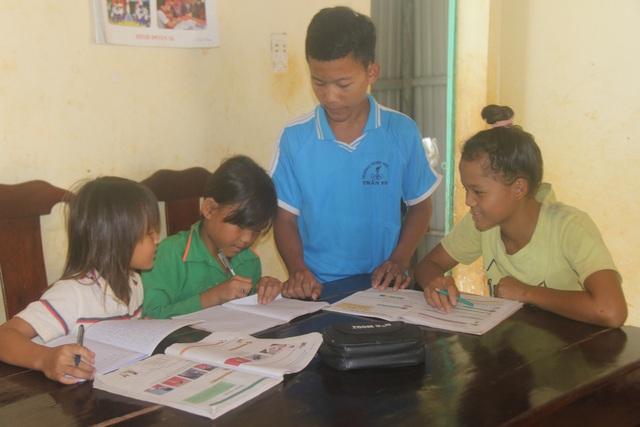Trong khi 4 em của Dinh được đến trường và sống trong ngôi nhà khang trang do binh đoàn 16 xây tặng