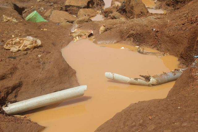Những ống nước nằm lộ thiên, bị xe cày cán nát