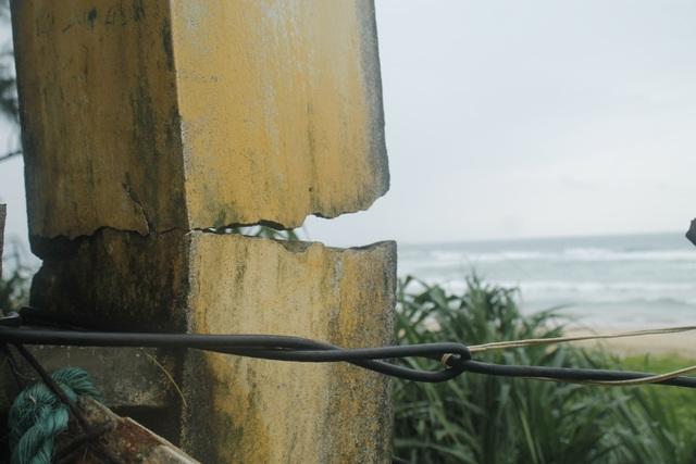 Ngôi nhà hư hỏng quá nặng nên mỗi lần mưa bão chị Liễu phải khiêng cha đi ở nhờ