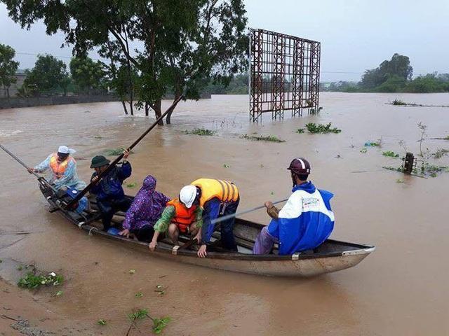 Nhiều khu dân cư dọc sông Trà Bồng (huyện Bình Sơn) bị ngập sâu