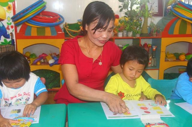 """Cô Dương Thị Hồng được xem là một trong những người đặt """"viên gạch"""" đầu tiên cho giáo dục xã Đắk R'măng."""