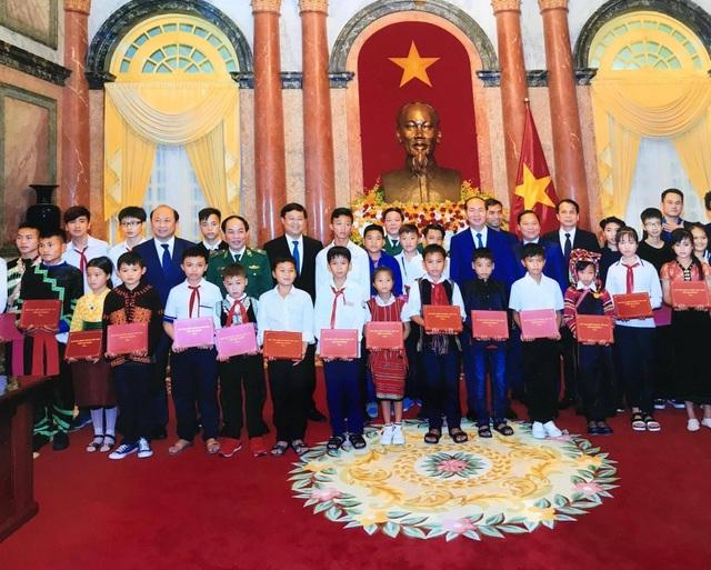 Nhờ sự trợ giúp của Đại úy Nguyễn Tiến Hải, em Nguyễn Hữu Huy (hàng đầu, thứ 4 từ trái qua) đã trở thành học sinh xuất sắc được Chủ tịch nước Trần Đại Quang tặng phần thưởng.