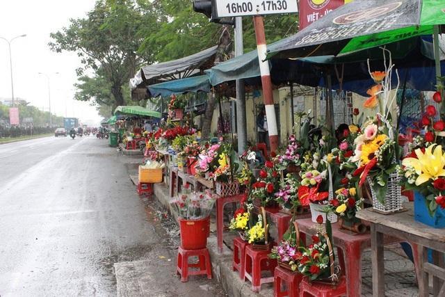 Nhiều địa điểm bán hoa trên các tuyến đường hoa ế ẩm vì trời đổ mưa lớn
