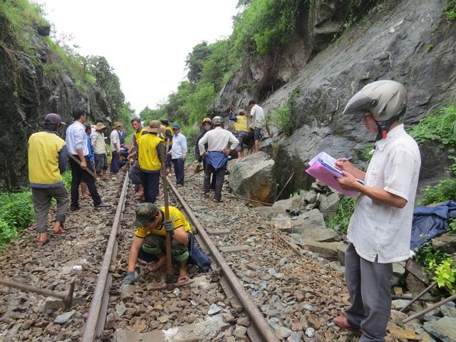 Ngành đường sắt khẩn trương xử lý sự cố để thông tuyến đường sắt Bắc - Nam