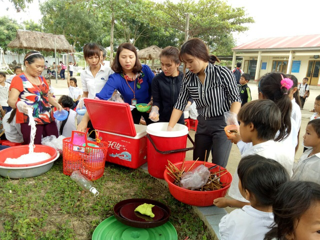 Chứng kiến những bữa ăn thiếu thốn, chính cô Dung (áo xanh) nảy ra ý tưởng nấu cơm tặng học sinh